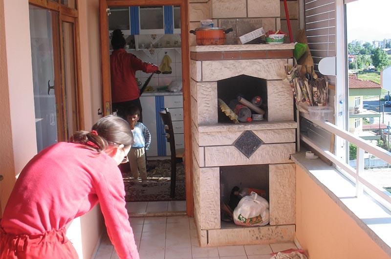 На балконе мангал, но им не пользуются