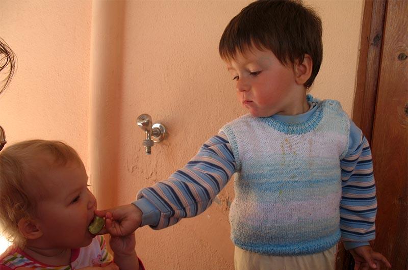 Борыш угощает нашу дочку Танюшку