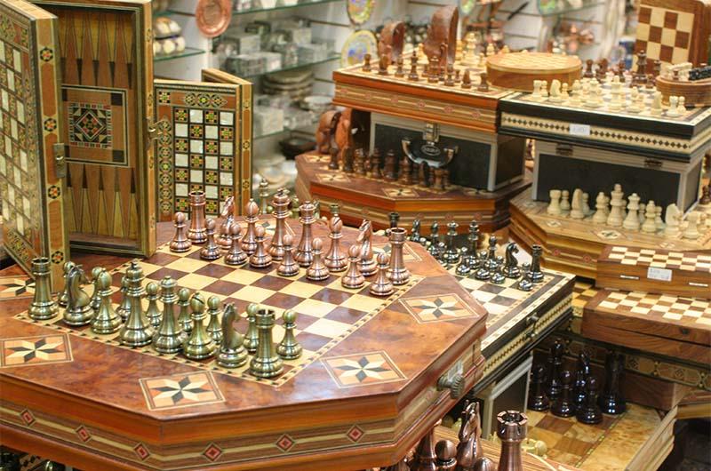 Турецкие шахматы и нарды в сувенирной лавке в Анталии