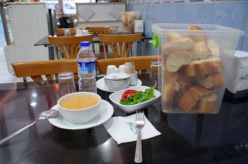 Завтрак в турецкой народной забегаловке.  Очень много хлеба.