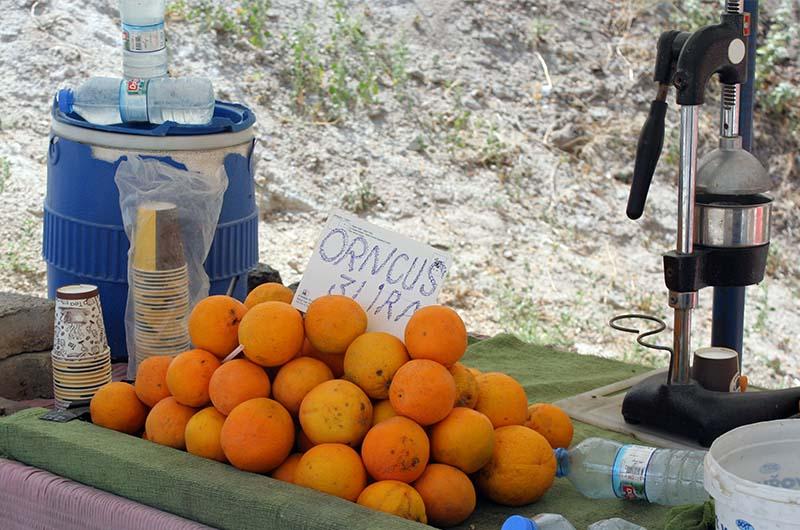 Местные жители зарабатывают в долине продажей сувениров и свежевыжатого сока.