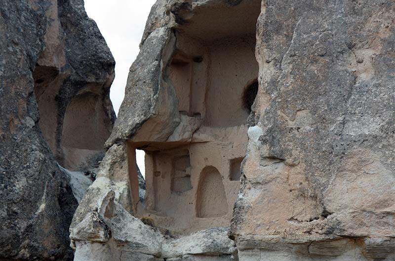 Фрагмент скального помещения на самой макушке фаллосообразной скалы.