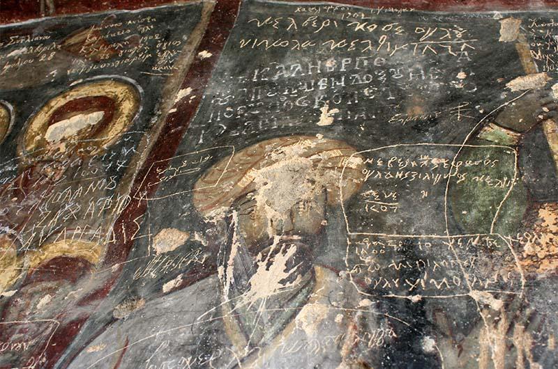 На многих фресках уничтожены лики или глаза святых.