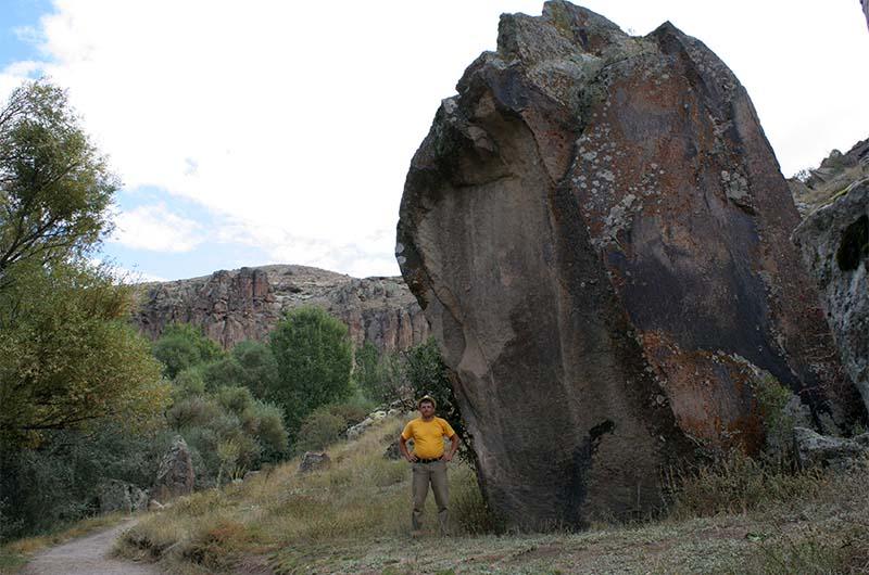 Впечатляющего размера глыбы много веков назад откололись от стен каньона.