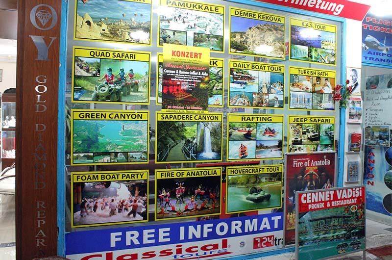 Реклама экскурсий на улице в Алании.