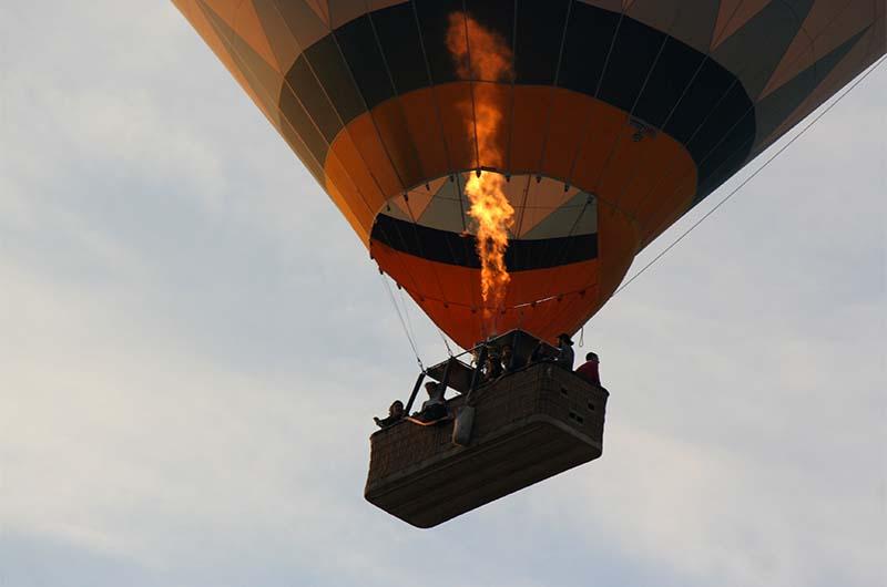 Корзина воздушного шара с туристами.