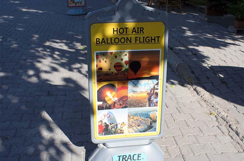Реклама полетов на воздушных шарах в Гёреме.