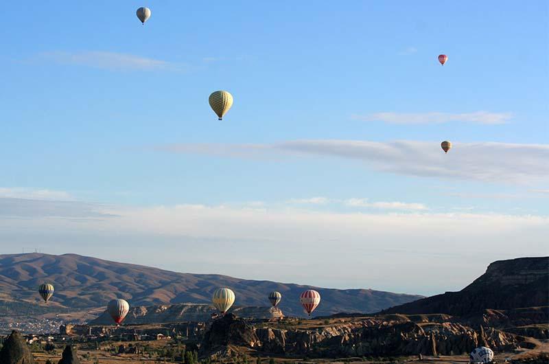 Воздушные шары в небе над долинами Каппадокии.