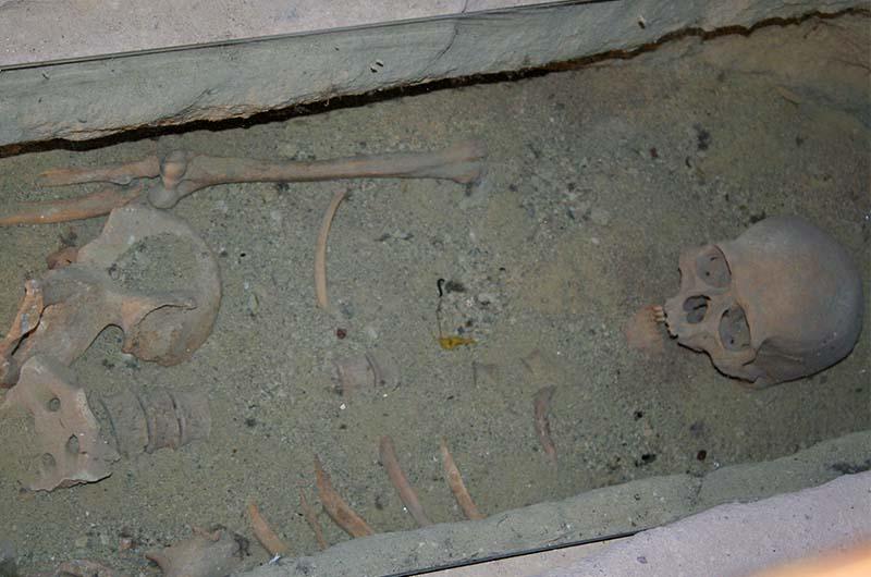 В некоторых помещениях есть ниши в полу с захоронениями.