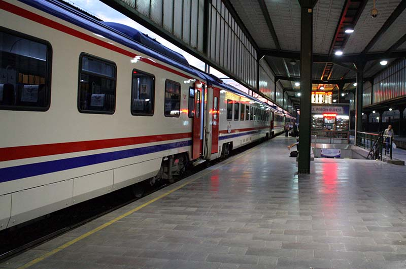Ночной экспресс на перроне старого вокзала в Анкаре