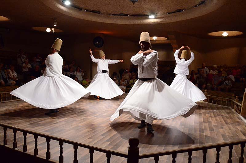 Танец дервишей на представлении.