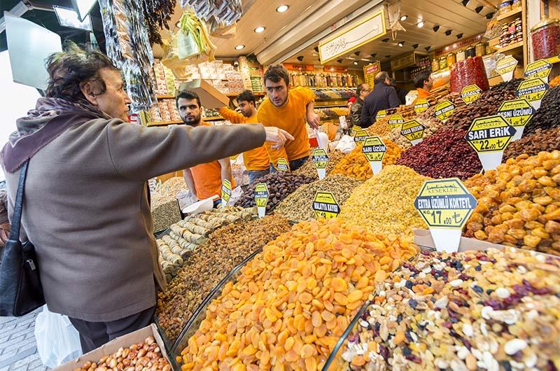 Продажа орехов и сухофруктов на рынке в Стамбуле.