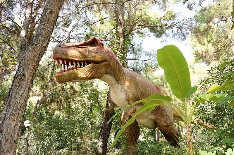 Скульптура тиранозавра в динопарке в пос. Гёйнюк (между Кемером и Анталией).