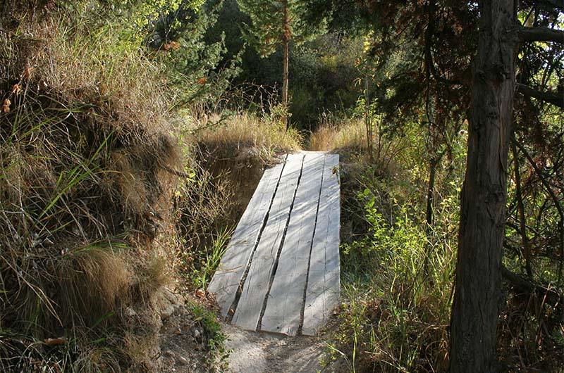 Деревянные мостики через ручей.
