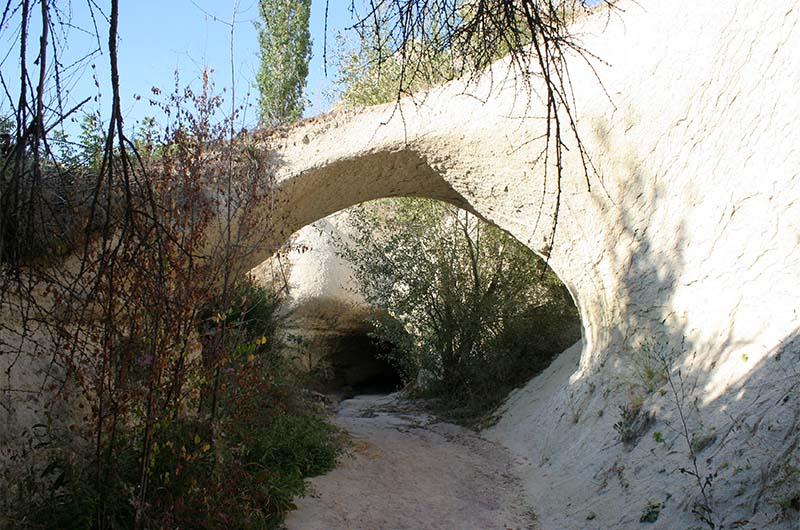 Природная арка и хорошо видный туннель за ней.