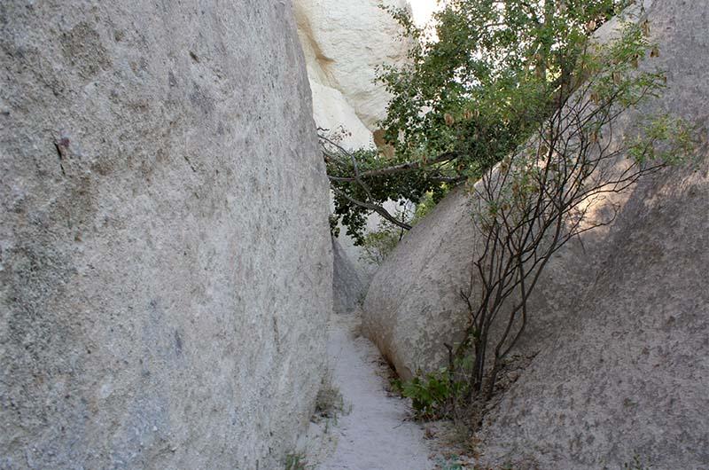 Местами тропа протискивается между каменных стен.