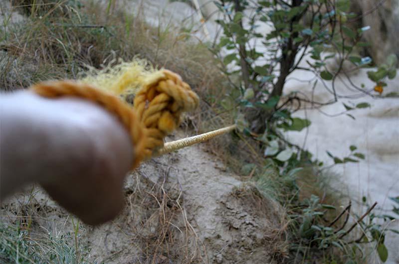 Сложные места для прохождения оборудованы примитивными средствами, например, веревкой, привязанной к дереву.