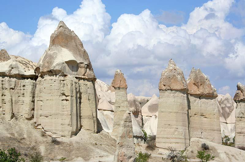 Фаллосообразные (пальцеобразные) скалы в долине Любви-1.