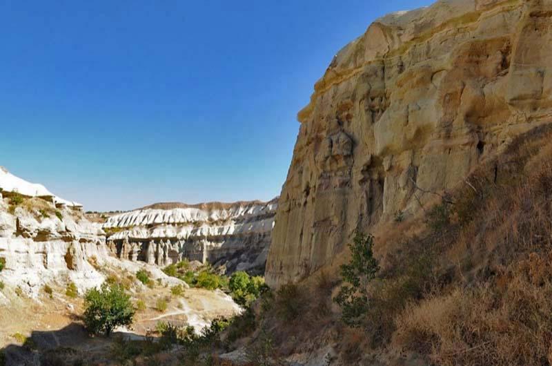 Так выглядит каньон долины, если идти из Учхисара.