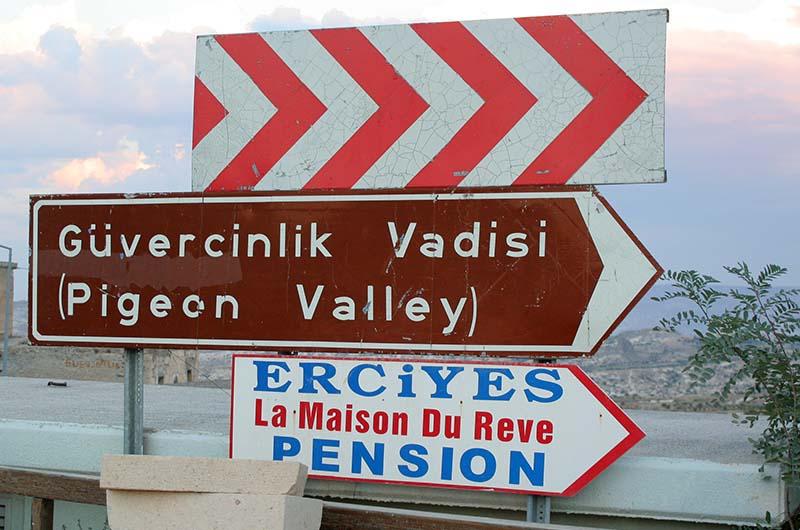 Дорожный указатель на долину со стороны Учхисара.