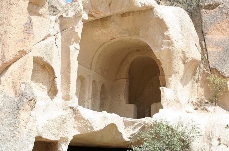 Фрагмент разрушенной церкви в долине Сабель. На потолке видны остатки хорошо сохранившихся фресок.