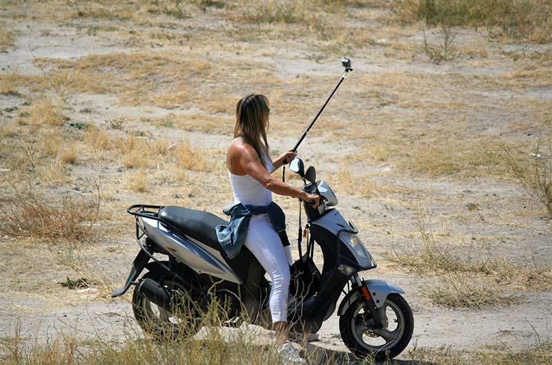 В начале долины встречаются туристы на скутерах и квадроциклах.