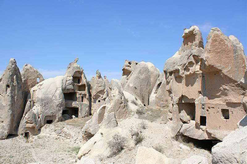 Скальные жилища и церкви в долине.