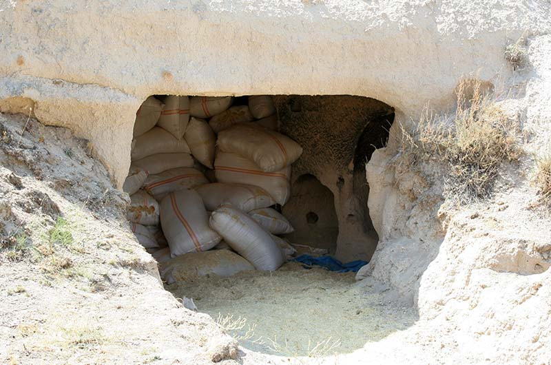Мука хранится в одном из скальных помещений.