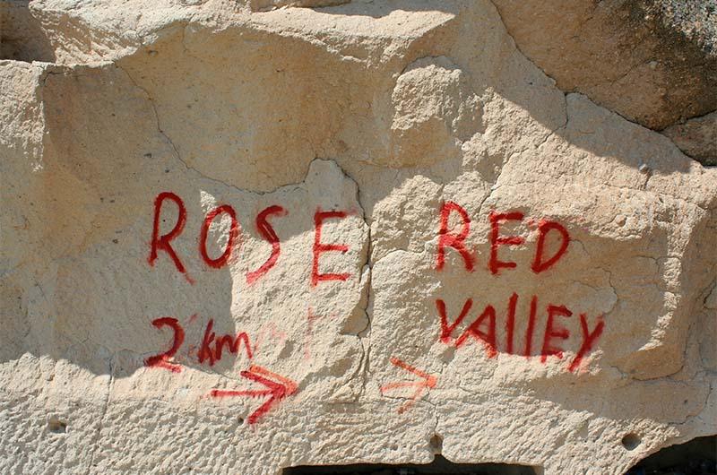 Указатели в долине Сабель, которые ведут к Розовой и Красной долинам.
