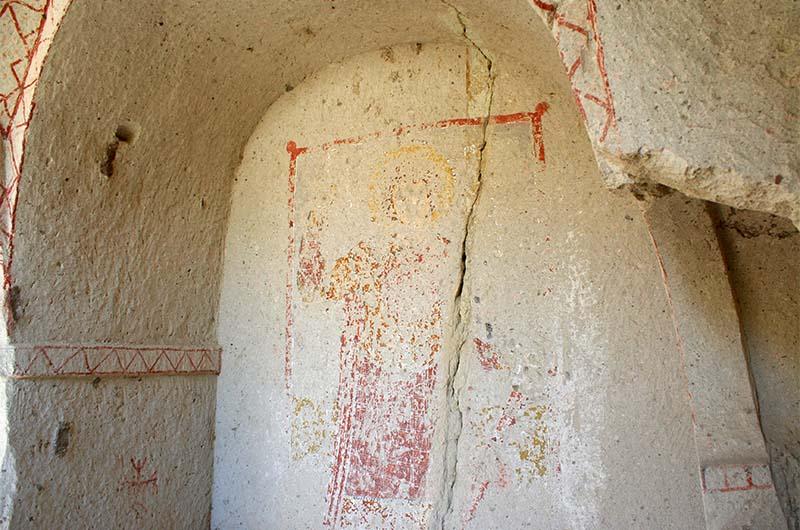 """Выцветшие фрески в """"диких"""" церквях в долине Сабель."""