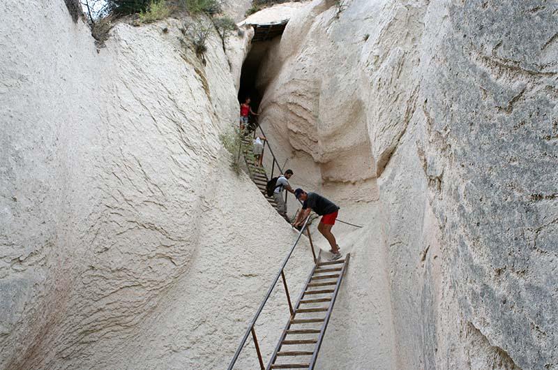 Самый интересный участок долины: подъем по крутой лестнице и длинный темный туннель.