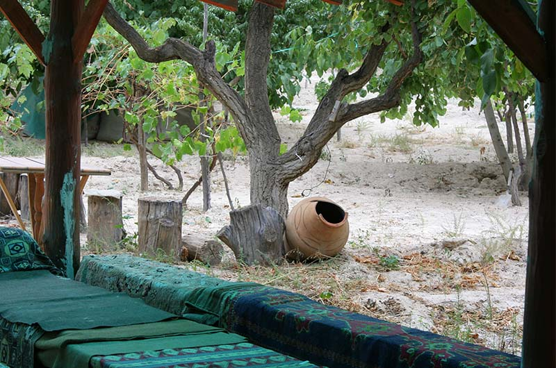 В долине живут крестьяне, которые пытаются заработать на туристах, предлагая сувениры и чай.