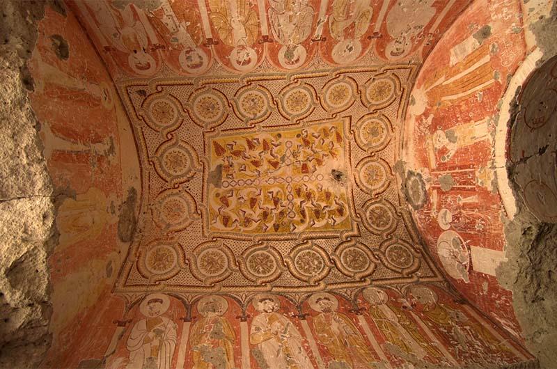 Красочные фрески на потолке в Виноградной церкви.