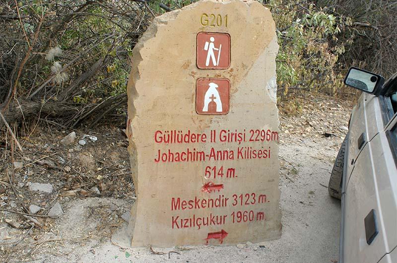 Путевой камень в долине Мескендир.