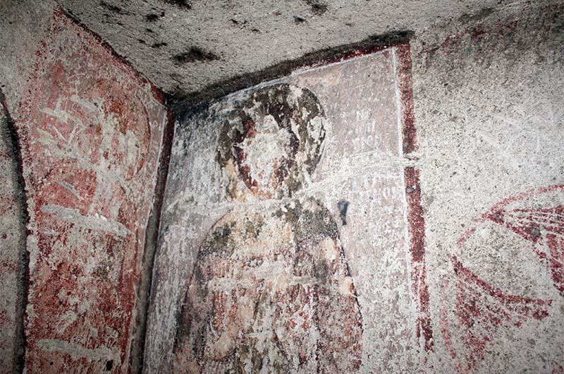 """Фреска со стертым ликом в """"дикой"""" церкви в долине Мескендир."""