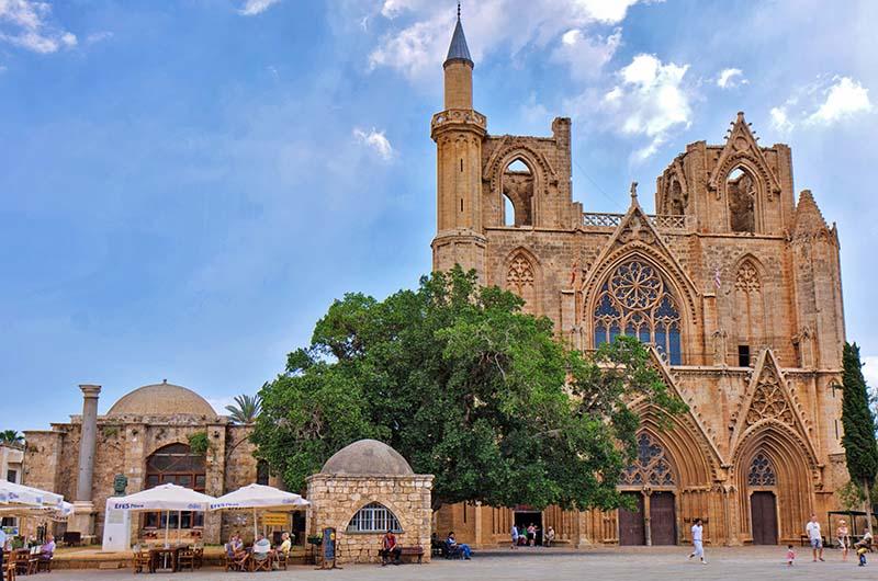 Мечеть Лала Мустафы-паши в Фамагусте (Северный Кипр).