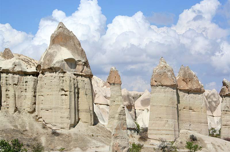 Пальцеобразные скалы в долине Любви в Каппадокии.