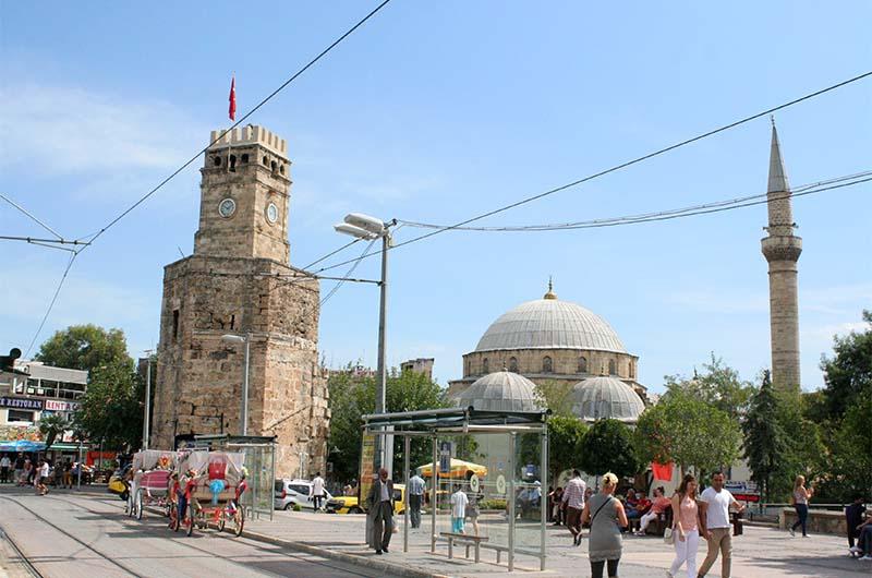 Вид на башню с часами в Анталии.