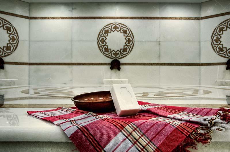 Пештемаль (хлопковое полотенце), мыло и чаша в хамаме.
