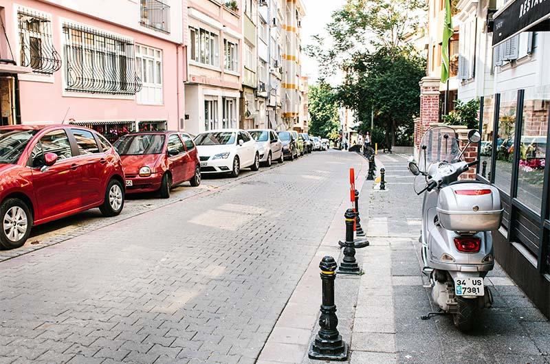 Припаркованные автомобили на улице Стамбула в районе Кадыкей.