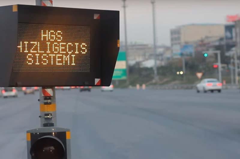 Электронное табло на воротах оплаты, на котором высвечивается списанная сумма за проезд по платной дороге.