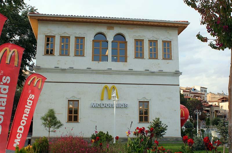 Макдоналдс в традиционном турецком здании.