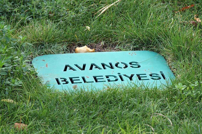 "Надпись на плите в парке города ""Муниципалитет Аваноса""."
