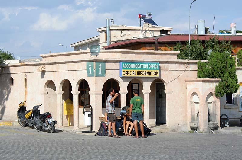 Туристический информационный центр на центральной площади в Гереме.