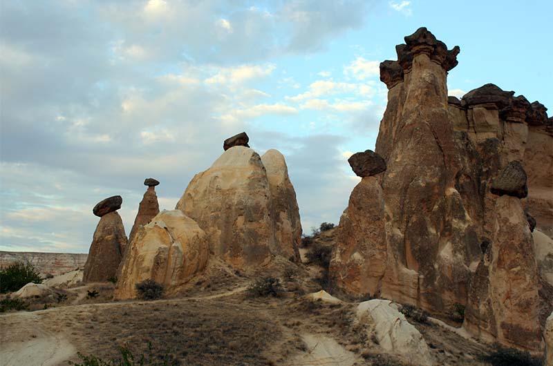 Скалы с шапками в Каппадокии.