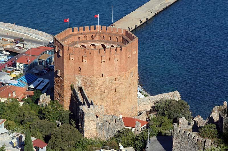 Вид на Красную башню в Алании со смотровой площадки.
