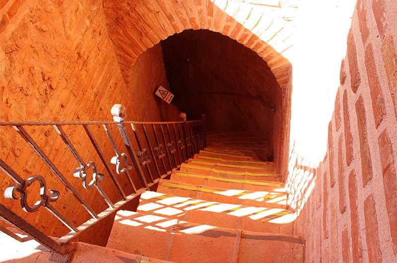 Крутые каменные лестницы между этажами. В тринадцатом веке металлических перил не было.