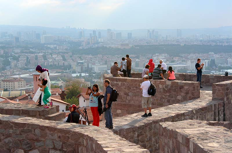 Туристы на пятиугольной башне крепости в Анкаре.