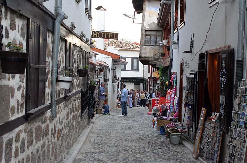 Узкая улочка в отреставрированной части крепости.