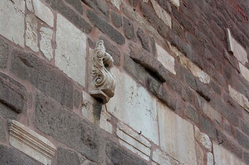 """""""Вторичное сырье"""", вмонтированное в стену крепости."""